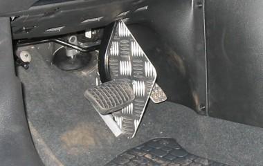 Afskærmning mellem speeder og bremser