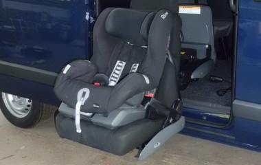 Børnestol monteret på Turny elektrisk drejekonsol med Recaro stol