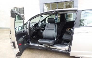 Originalt førersæde med specialpolstring tilpasset brugeren monteret på manuel drejekonsol, Turnout. Monteret i en Ford B-Max uden B-stolpe.