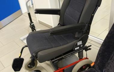 Carony Classic manuel kørestol med et BEV seat, som kan overføres til en bil via glideskinner.