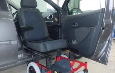 Carony Classic manuel kørestol med BEV seat overflyttes til bil via monterede glideskinner.